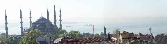 Hotel Mina: View of Blue Mosque from roof terrace