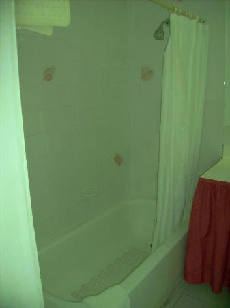 Island Inn Hotel: Alte Dusche, aber neuer Duschkopf mit gutem Strahl