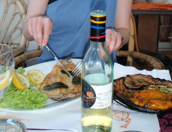 Red & White Wine Bar: Local fish - laverello - and beautiful vegetables!