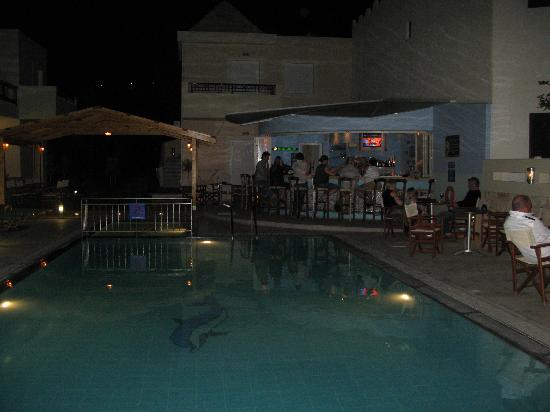 Olive Grove Apartments: pool at night