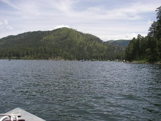 Bayfield, Колорадо: The lake and camper park with burn area behind