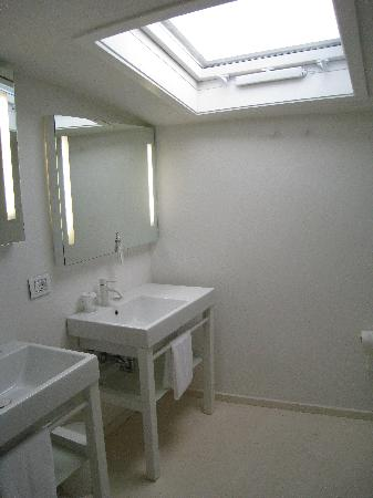 Hotel Home Florence: double sinks in bathroom