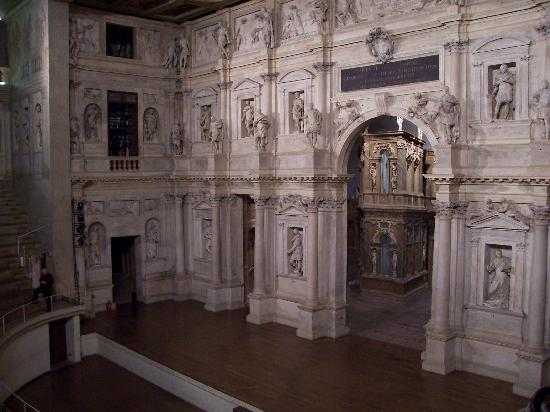 Teatro Olimpico: This photo cannot capture the entire view