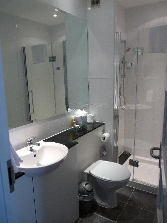 Salle de bains tres propre picture of berjaya eden park for Mr propre salle de bain