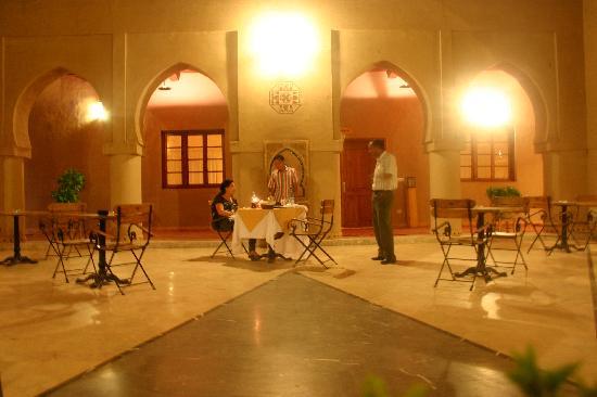 Hotel Ksar Assalassil: Le soir, diner dans le patio