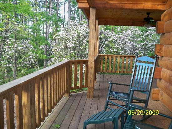 Tanglewood Cabins: Pull up and relax on the porch.