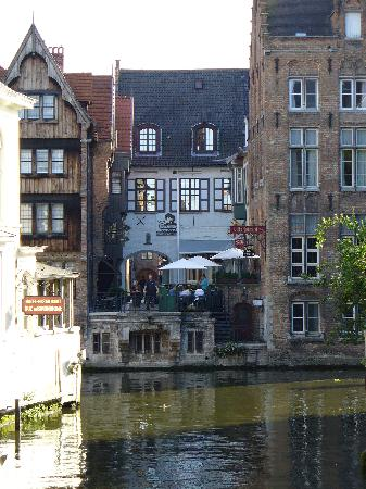 Hotel Erasmus: View of room from acroos canal (upper floor windows)