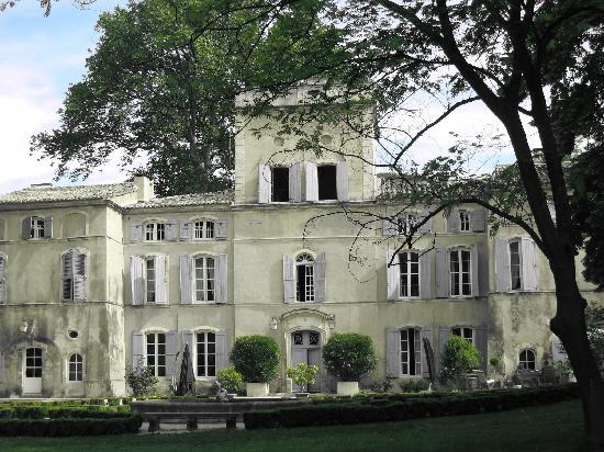 Chateau des Barrenques : demeure du XVIIIe siècle aux volets bleus lavande