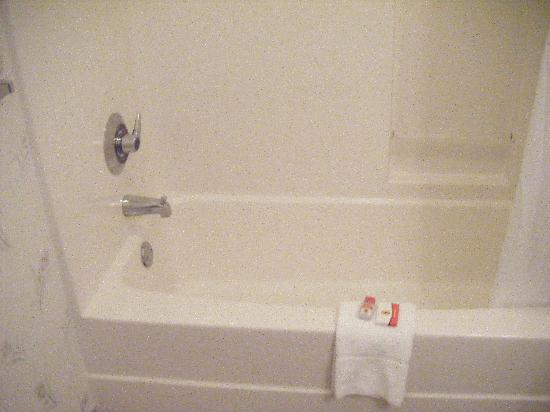 Super 8 Niagara Falls/Buffalo Area: Bathroom - Salle de bain