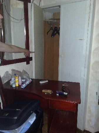 Adre Bed & Breakfast: Fusty wardrobe - blocked by desk!