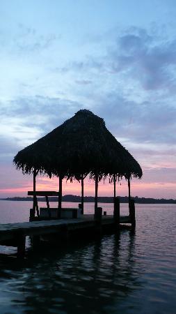Garden of Eden Inn: Sunset at the dock