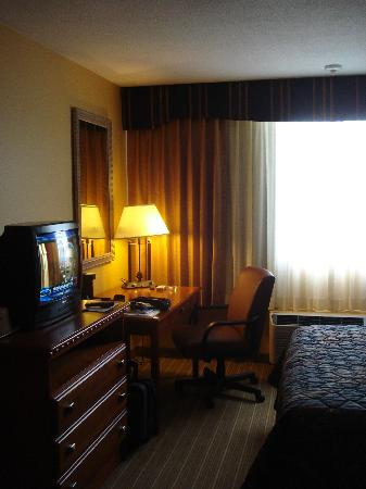 Days Inn Windsor Locks at Bradley International Airport: Working desk and TV