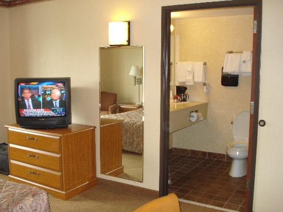 ‪إكونو لودج: Cable TV and bathroom‬