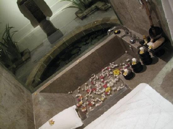 The Oberoi, Lombok : our bath at the oberoi, ocean pavillion