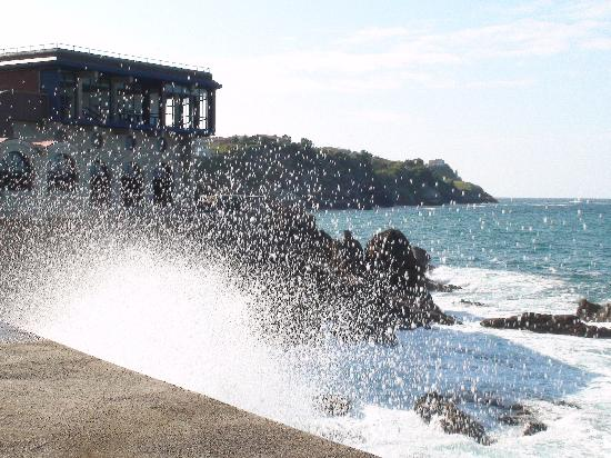 Aisia Zita Hotel Emperatriz: Waves over the breakwater