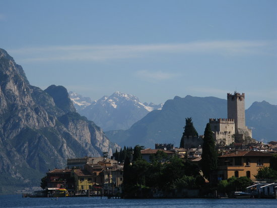 Мальчезине, Италия: Malcesine from the lake side