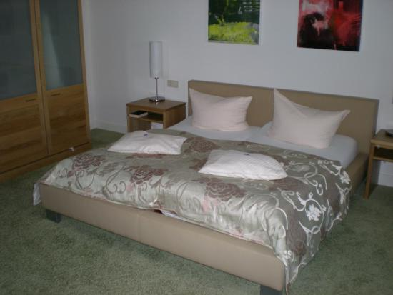 Hotel Zum Simonbraeu: Bed in Room 9