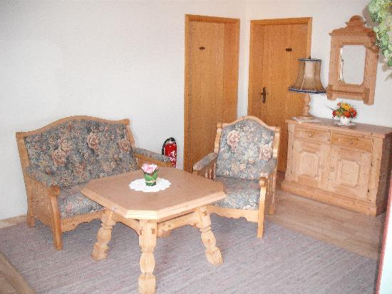 Hotel Gasthof Löwen: Sitting area outside the rooms.