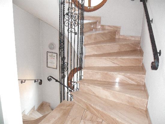 Hotel Gasthof Löwen: Interior circular stairway.