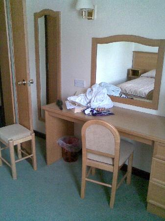 The County Hotel : Dressing table in twin room