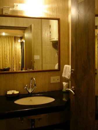 Viceroy Hotel : small toilet can not turn around easy