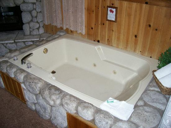 Cathy's Country Cottages: Jacuzzi tub in 224