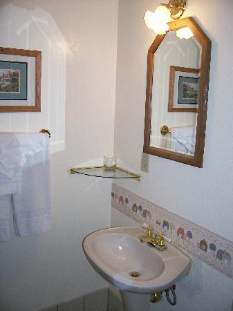 Cathy's Country Cottages: sink and vanity 224