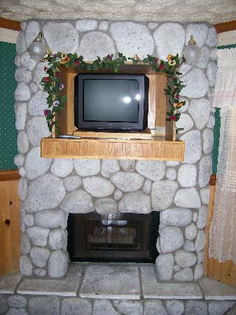 Cathy's Country Cottages: fireplace and TV, 70 or so channels