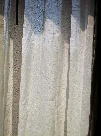 Hampton Inn Nashville / Vanderbilt: wrinkled, dirty drapes
