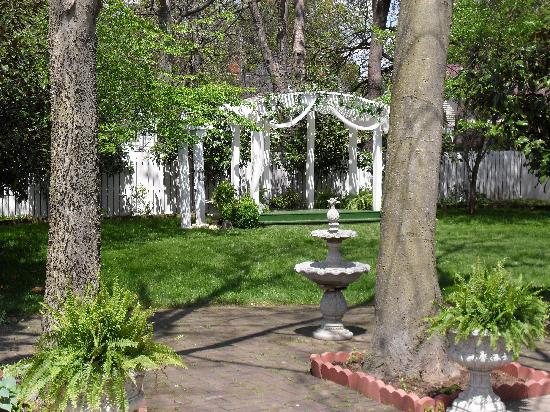 Carriage Lane Inn: the garden ceremony site
