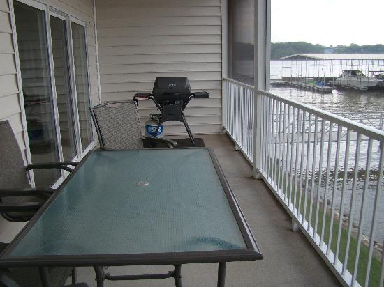 Osage Beach, MO: Patio table and grill on screened deck