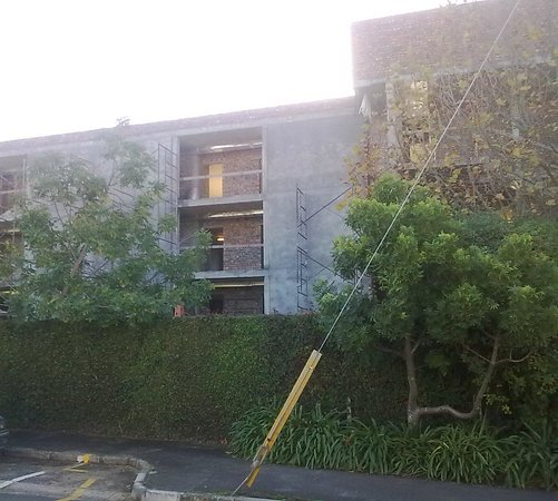 Vineyard Hotel: Front of the hotel=building site