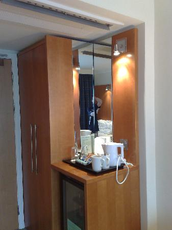 Holiday Inn Preston: Side unit / Mini Bar