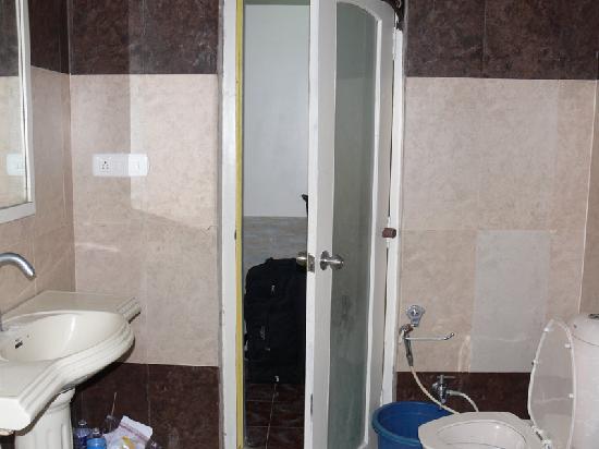 New Oceanic Hotel: Bathroom