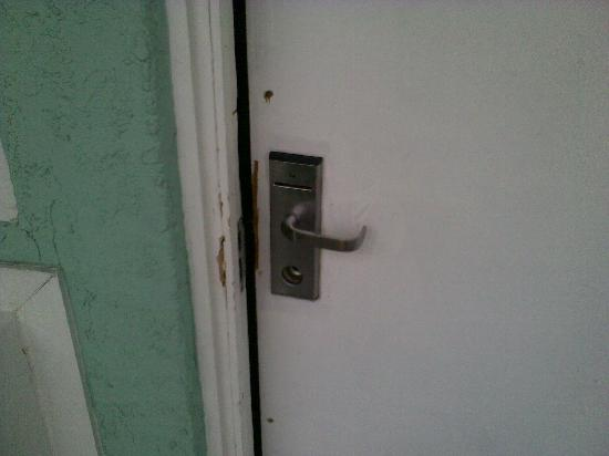 Econo Lodge: Dry rotted door frame