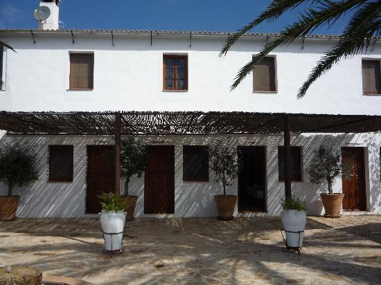 Iznajar, Spanyol: Rooms off the patio