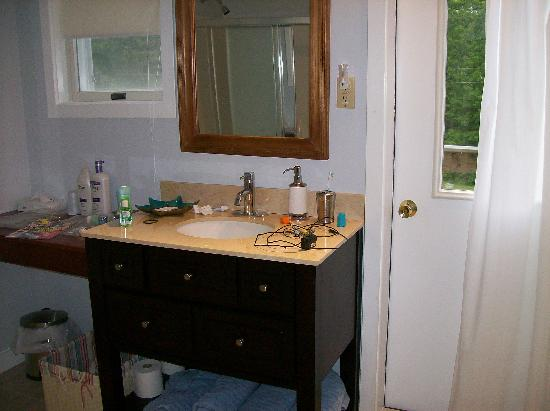 Spruce Ridge Inn : Granite countertops in the bathroom