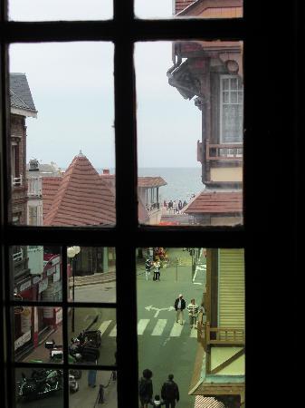 Hotel La Residence Manoir De La Salamandre : Vue de la chambre sur la rue principale, la mer au coin de la rue, aucun bruit le soir