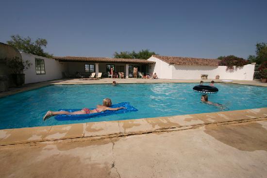 Hotel de Cacharel : Une magnifique piscine