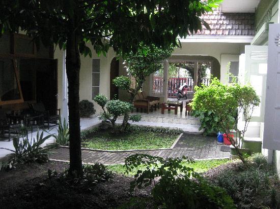 Wisma Gajah Guest House: Garden Area