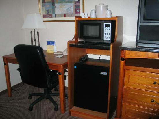 Best Western Plus Twin View Inn & Suites : microwave, refrigerator, desk area