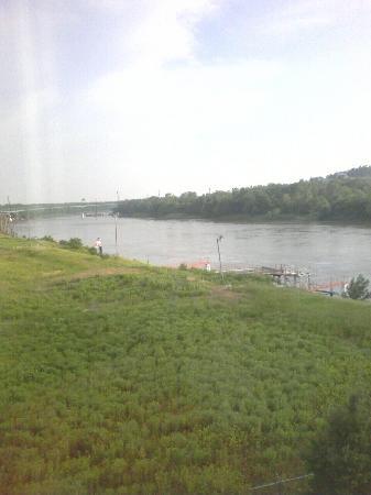 Hampton Inn Council Bluffs: The Missouri River view out my fourth floor room