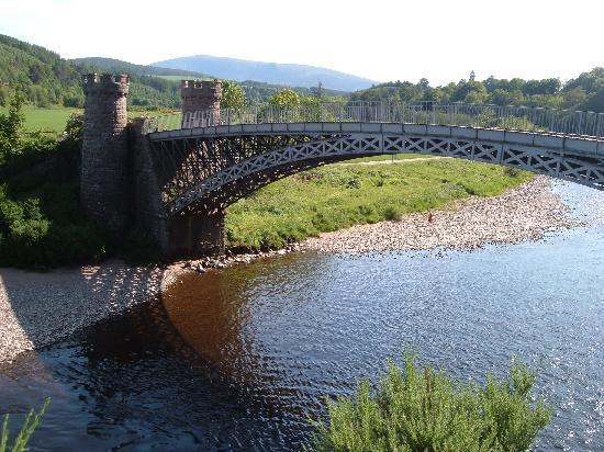 Parkmore Holiday Cottages : craigellachie bridge over spey river