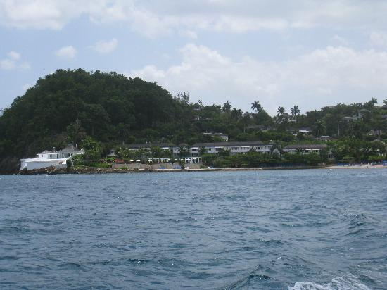 Round Hill Hotel & Villas: view from speedboat