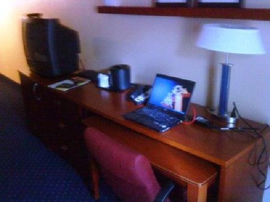 Courtyard by Marriott Memphis Airport: Memphis Marriott desk, tv, and Screen Saver