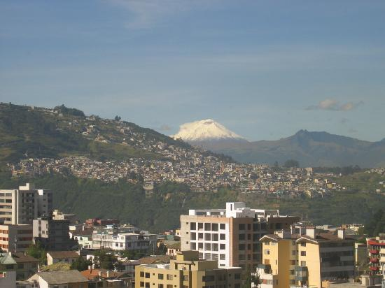 Swissotel Quito: View of volcano from the elevator