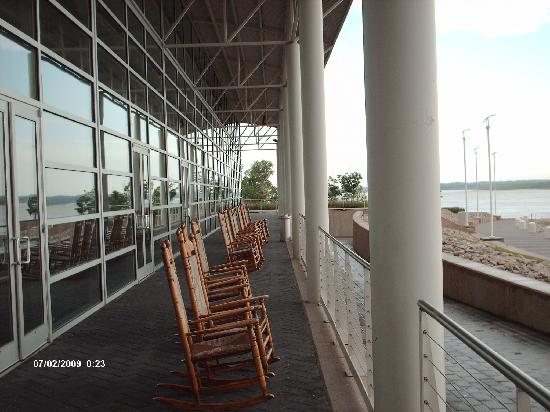 Tunica, MS : Alot of rocking chairs to sit and watch The Mississippi River go by