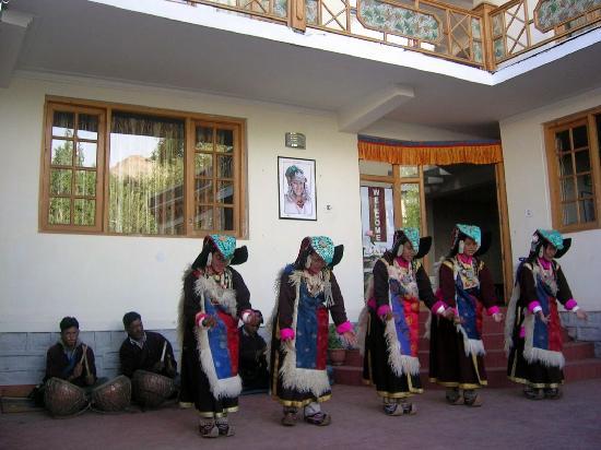 Bijoo Hotel: Ladakhi women performing regional dance