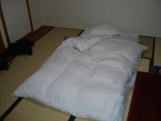 Aria Hotel: Japanse room with futon folded out