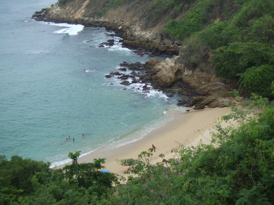 Puerto Escondido, Mexiko: Playa Carrizalillio - There are steps (a lot of them!) down to the beach.